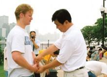 Мастер Ли Хунчжи корректирует выполнение упражнений.