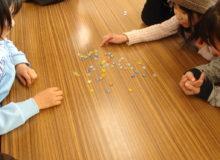 Дети играют в охадзики.