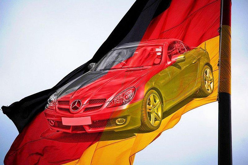 Mercedes-Benz SLK350 и немецкий флаг