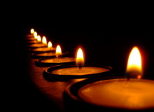 Зажжённые свечи в память о погибших практикующих Фалуньгун. Автор: Adam Ashton